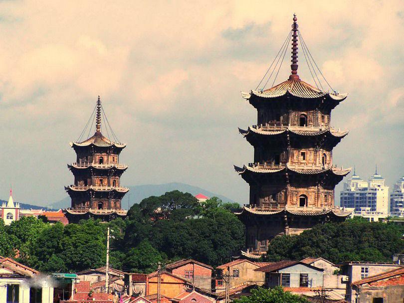 著名中国古代佛塔大盘点开元寺双塔[ 来源:新浪佛学  发布日期:2016-05-27 &nbsp浏览()人次  投稿  收藏 ]    开元寺双塔,中国古代佛塔。东塔名镇国,西塔名仁寿,相距约200米。东塔始建于唐咸通六年(865),为木塔,宋宝庆三年(1227)改建为砖塔,嘉熙二年至淳祐十年(1238~1250)重建,改为石塔。高48.