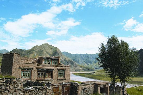 通天河畔的传统藏式民居.图片