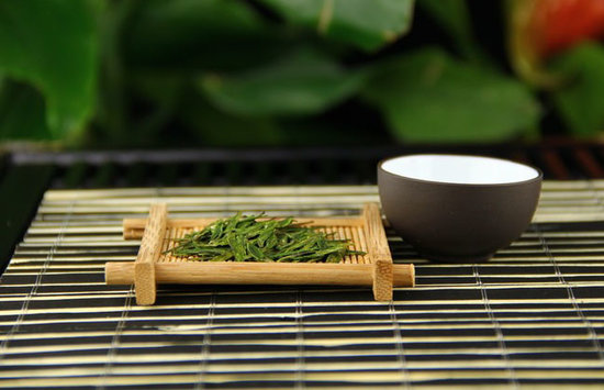 茶文化是我国传统文化传播的主要内容之一,大多以茶道为主要研究内容,旨在推广公民的文化素养,探讨视觉文化实录作品的茶文化传播特色,尤为值得关注。本论文主要以《茶,一片树叶的故事》为例,探讨专业纪录片茶文化传播的新创作与评论。  (图片来自网络)   纪录片的定义:是以生命的真实性作为创作主体,以真实的故事为对象,进行艺术加工和展示,展现客观性和真实性,使人们对电影或电视艺术形式的思考。在现代,大众传媒已成为文化传播的主要载体,其影响的广度和深度是显而易见的。大众传媒是文化的主体,如报纸、广播、电视、杂志
