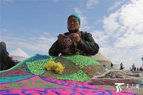 蒙古族妇女传统手工技艺惊艳江格尔文化旅游节