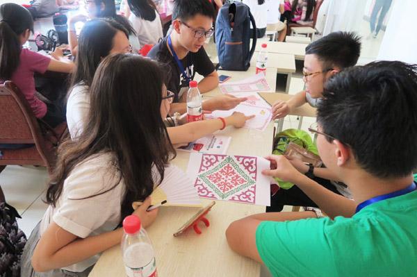 大学生研习设计哈萨克族刺绣产品-甘肃 香港大学生阿克塞研习民族