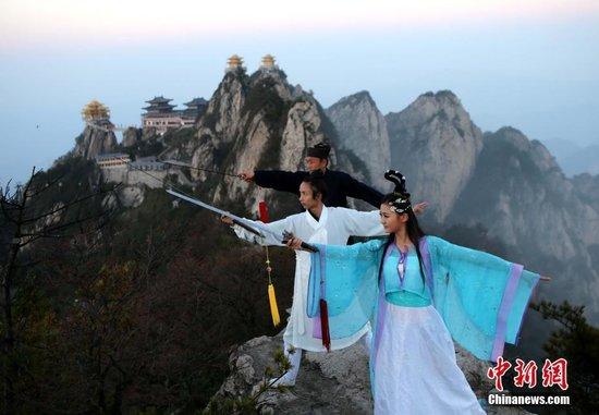 道士2000米悬崖绝壁教美女舞剑练功