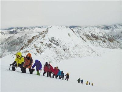 西藏拉萨盲人成功登上6000米级高峰