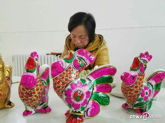 凤翔六营村国家非物质文化遗产泥塑艺术调查[ 来源:陕西传媒网  发布日期:2017-01-12 &nbsp浏览()人次  投稿  收藏 ]   新年总是伴随着喜庆和吉祥而来。   这不,虽说离鸡年春节还有一月的时间,但北京传来的喜讯还是沸腾了六营村,传遍了周原大地。凤翔县六营村的胡新明收到了央视春晚节目组发来的著作权确认书,他创作的泥塑作品凤尾鸡将在除夕之夜亮相央视春晚舞台。   胡新明是谁?什么是泥塑?它又何以能登上央视春晚的殿堂呢?   2017年元旦一大早,怀着对新年的新奇与憧憬,记者