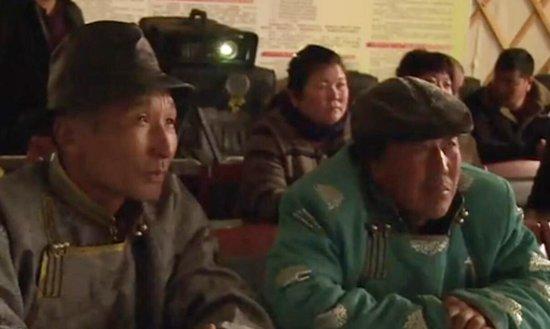 牧民在放映室看电影-关注少数民族地区电影发展 受大力扶持
