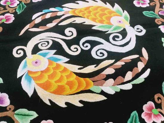 色彩艳丽的彝家刺绣 图片来源 云南非物质文化遗产保护网 -指间之花 图片