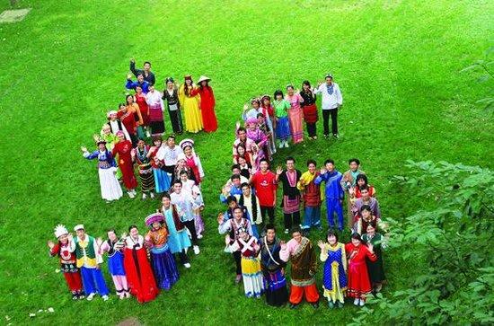 图为民族高校56个民族学生入校合影. 张立辉摄-民族院校招生计划