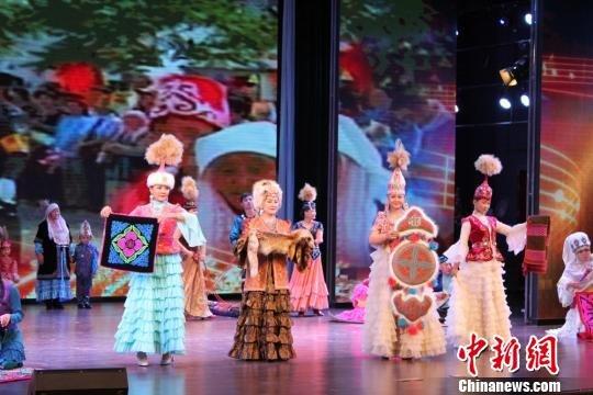 图为哈萨克族的演员展示传统手工刺绣. 徐雪 摄-哈萨克族 非遗 歌舞图片
