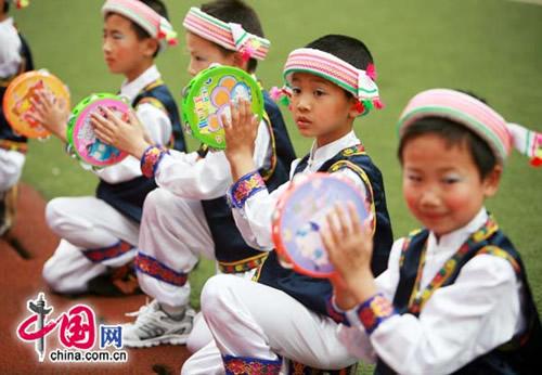 重庆小学生上演56个民族一家亲